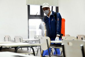 Phun chất diệt khuẩn tại trường học